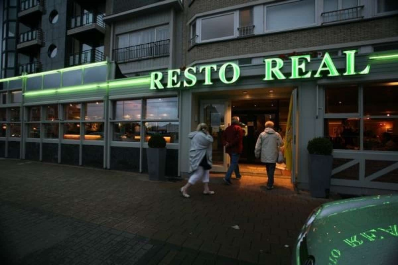 resto-real-koksijde-gevel-avond
